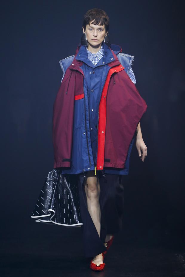 Chiếc áo gió được nhà thiết kế Demna Gvasalia đính ngay trên nền áo làm bằng vải jean kiểu rộng kết hợp với chiếc quần xẻ line táo bạo. Không nghi ngờ gì nữa, đây hoàn toàn là thiết kế từ trang phục đi làm của bố.