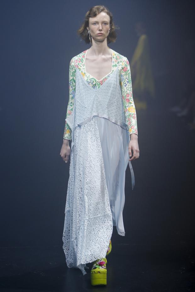 Chiếc đầm gợi cho giới mộ điệu liên tưởng ngay đến thời trang của những bà mẹ hay những bà nội trợ.