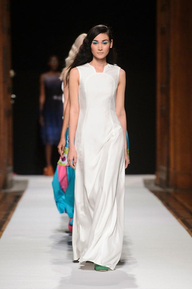 Gương mặt đậm chất Á Đông giúp chân dài người Việt người nhà thiết kế quốc tế ưu ái. Cô diện một thiết kế vải lụa, kiểu dáng đơn giản, sải bước tự tin cạnh các đồng nghiệp.
