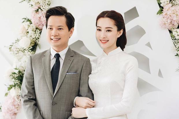 """""""Thần tiên tỷ tỷ"""" diện áo dài trắng nhã nhặn, mái tóc búi cao gọn gàng cùng lối trang điểm tự nhiên khiến nhiều khán giả ngỡ ngàng trước nhan sắc xinh đẹp của nàng Hoa hậu Việt Nam 2012."""