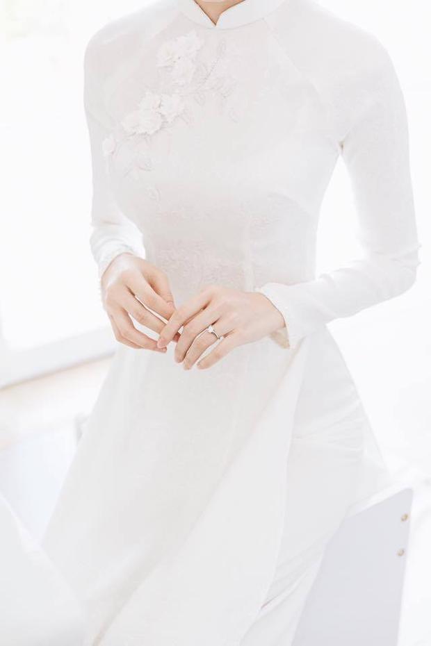 Đặng Thu Thảo khoe khéo nhẫn đính hôn bằng kim cương.
