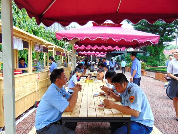Phía trước từng gian hàng đều có bàn ghế và dù che cho thực khách.