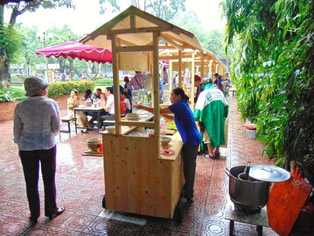 Ra đời sau nên khu ăn uống ở công viên Bách Tùng Diệp được đầu tư nhiều hơn