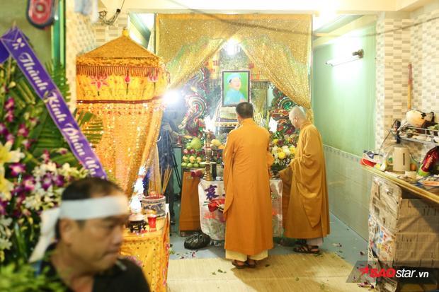Các sư thầy chuẩn bị những nghi thức cuối cùng trước khi buổi động quan chính thức diễn ra.
