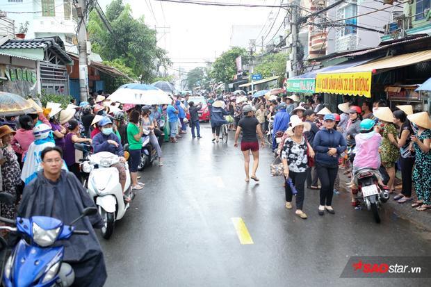 Dù trời mưa khá to nhưng con phố Dã Tượng, quận 8 vẫn đông nghịt người hai bên đường.
