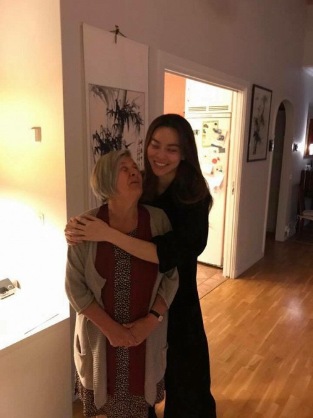 Hà Hồ thân thiết với mẹ Kim Lý.