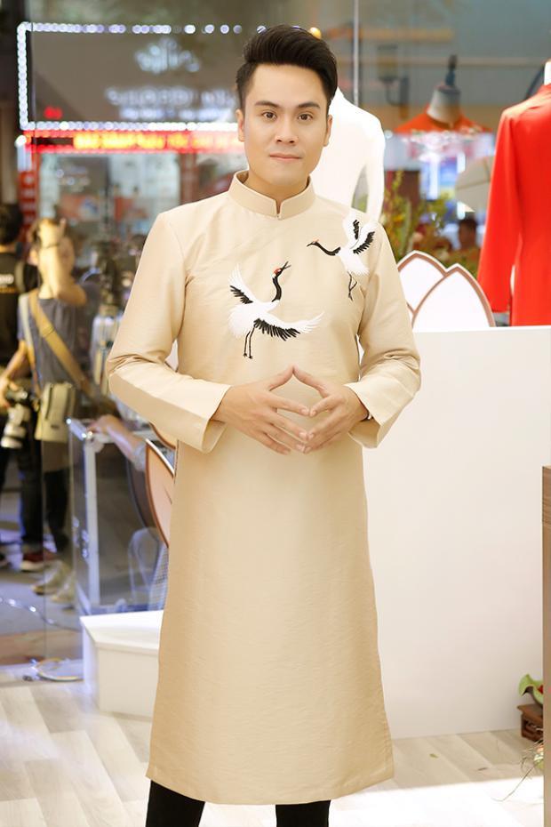 MC Thái Dũng diện áo dài cách tân đến buổi khai trương.