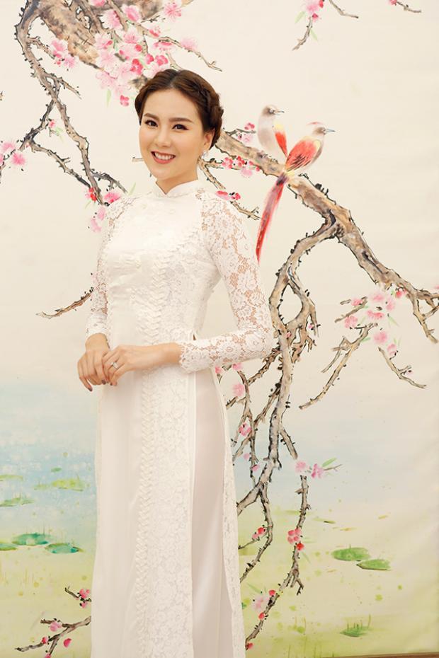 MC Mai Ngọc cũng lựa chọn tà áo trắng giống Kỳ Duyên.