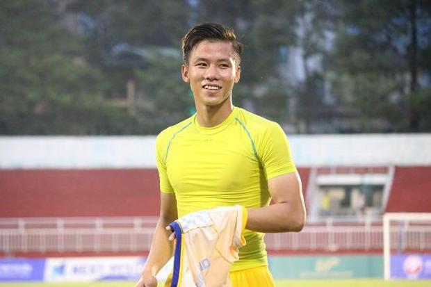 Quế Ngọc Hải tuy chỉ mới 24 tuổi nhưng là một trong những trụ cột tại đội tuyển quốc gia dưới hầu hết các triều đại HLV. Hậu vệ của CLB SLNA khẳng định được tài năng sân cỏ bằng một lối chơi đầy máu lửa và nhiệt huyết.