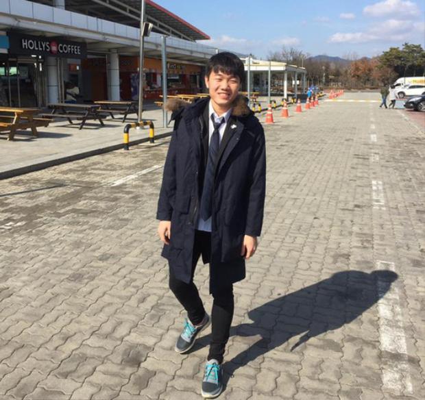 """Không chỉ vậy, Trường còn """"đốn tim"""" các cô gái bằng khuôn mặt điển trai, mắt híp đúng chuẩn trai Hàn. Xuân Trường hiện đang thi đấu cho CLB Gangwon (Hàn Quốc). Anh là cầu thủ hiếm hoi thường xuyên có được xuất đá chính khi ra nước ngoài thi đấu. Bên cạnh đó, cầu thủ điển trai này cũng là đại sứ du lịch của tỉnh Gangwon."""