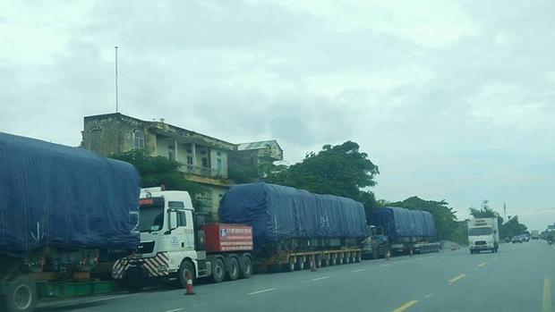 Hình ảnh toa tàu được vận chuyển bằng xe tải về đến Hà Nội.