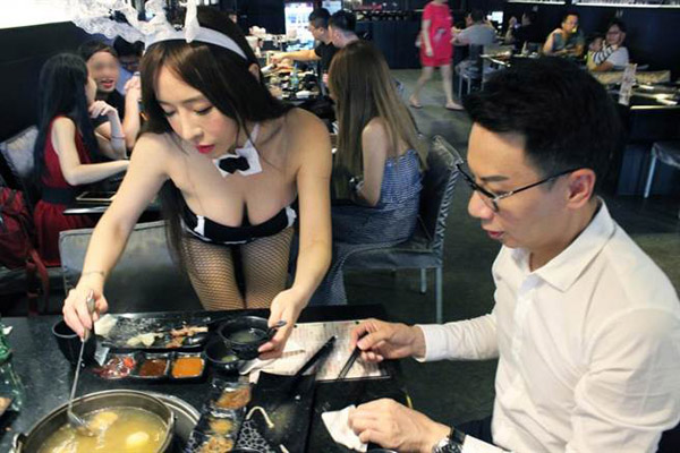 Cửa hàng thịt nướng mùa Trung thu gây sốt bởi dàn mỹ nữ Playboy bón đồ ăn cho khách