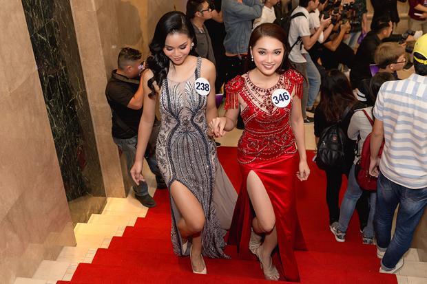 Người đẹp tự tin xuất hiện tại họp báo Hoa hậu Hoàn vũ. Cô được nhận xét là thí sinh tiềm năng có nhiều cơ hội tiến sâu vào chung kết.