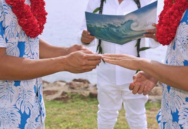 Cả hai đã trao nhẫn cưới cho nhau trước mặt người chứng giám.
