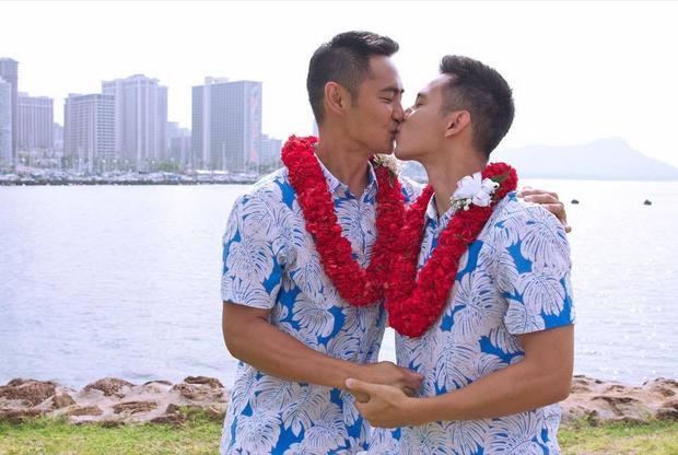 Hồ Vĩnh Khoa hạnh phúc với nụ hôn sâu cùng bạn trai.
