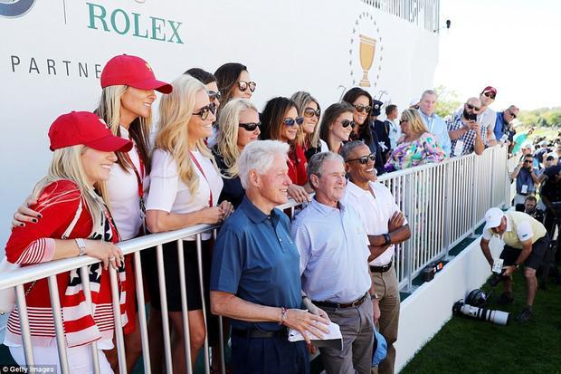 Erica Herman đứng lẫn trong nhóm chụp ảnh chung với các cựu Tổng thống Mỹ (áo đỏ đứng sau ông Obama).