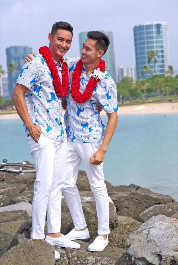 Lựa chọn nơi tổ chức đám cưới là bãi biển Hawaii, cặp đôi diện trang phục áo sơmi họa tiết hoa trắng xanh, quần kaki trắng với điểm nhấn là vòng hoa đeo cổ đỏ rực rỡ.