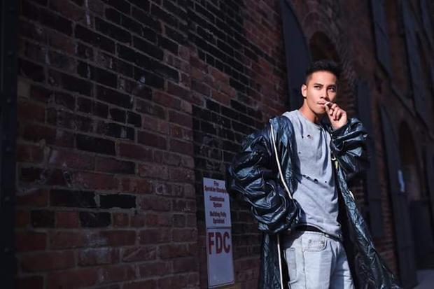 Đôi khi, chàng diễn viên sinh năm 1988 hướng đến vẻ bụi phủi với áo khoác da chất ngầu.