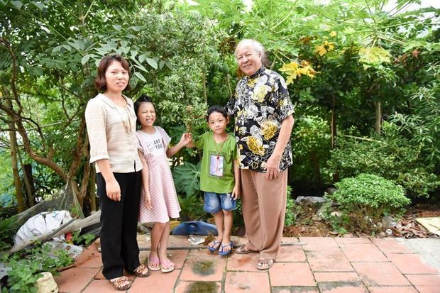Ông Trọng hạnh phúc bên vợ trẻ và 2 con nhỏ.