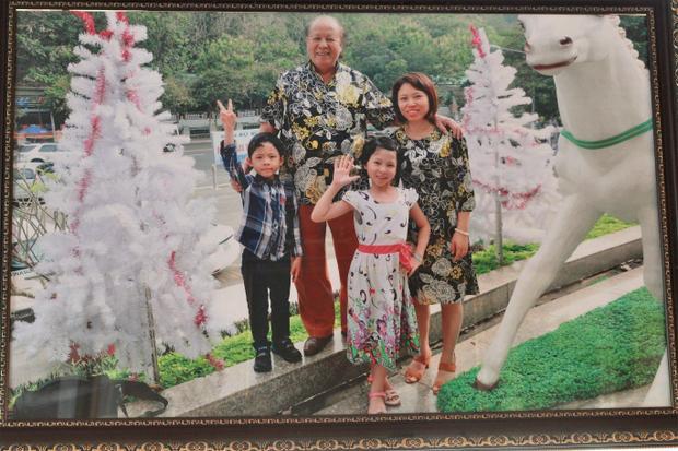 Bức ảnh cả gia đình chụp khi đi du lịch.