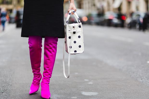 """Đôi boots gây """"tai tiếng"""" mà Maya tự tin diện tại Tuần lễ thời trang Paris.ĐôiKnife Boots này sẽ rất thời trang nếu không đem ra so sánh với hình ảnh củathương hiệu Balenciaga và hình ảnh của các ngôi sao nổi tiếng thế giới từng diện trước đây."""