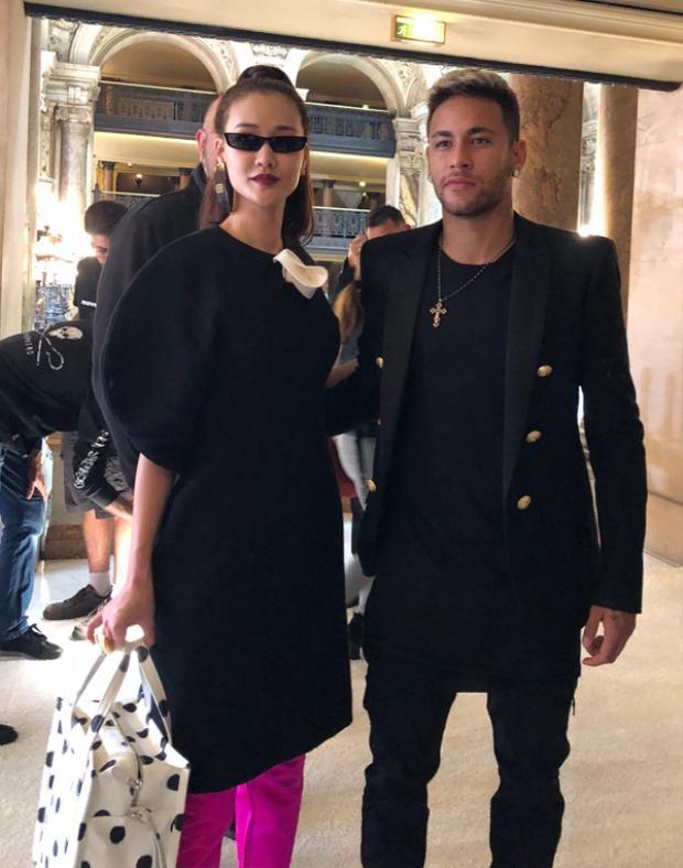"""Ngoài việc """"khoe"""" hàng hiệu, Maya còn """"khoe"""" ảnh chụp cùng siêu sao bóng đá Neymar tại show diễn của thương hiệu Balmain."""