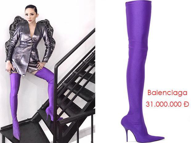 Ở Việt Nam, Tóc Tiên cũng đã từng chịu chi 31 triệu đồng để sở hữuKnife Boots trứ danh.