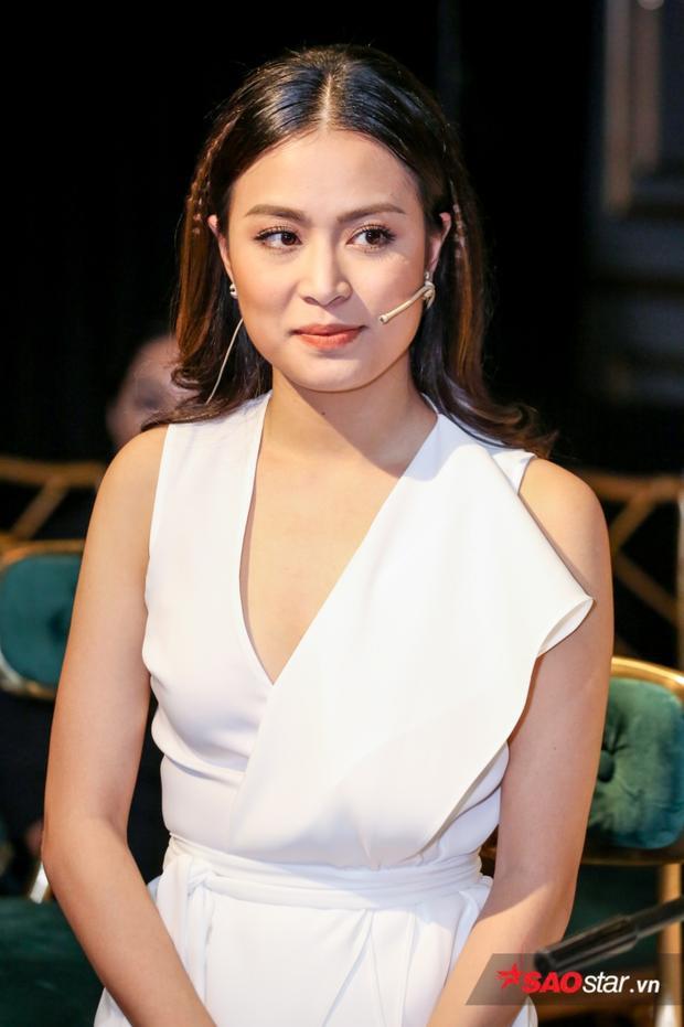Hoàng Thuỳ Linh tại buổi họp báo.