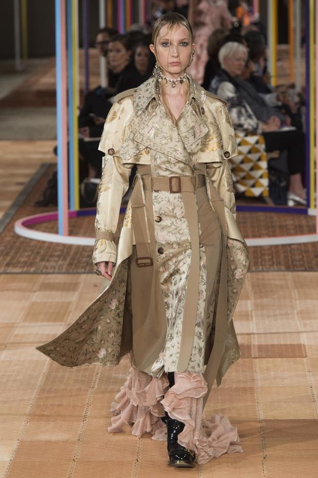 """Người mẫu trong những thiết kế của thương hiệu Alexander McQueen với kiểu tóc """"ướt sũng"""". Không gian sàn diễn được mô phỏng dựa trên kiến trúc của kiểu nhà cổ điển của nước Anh."""