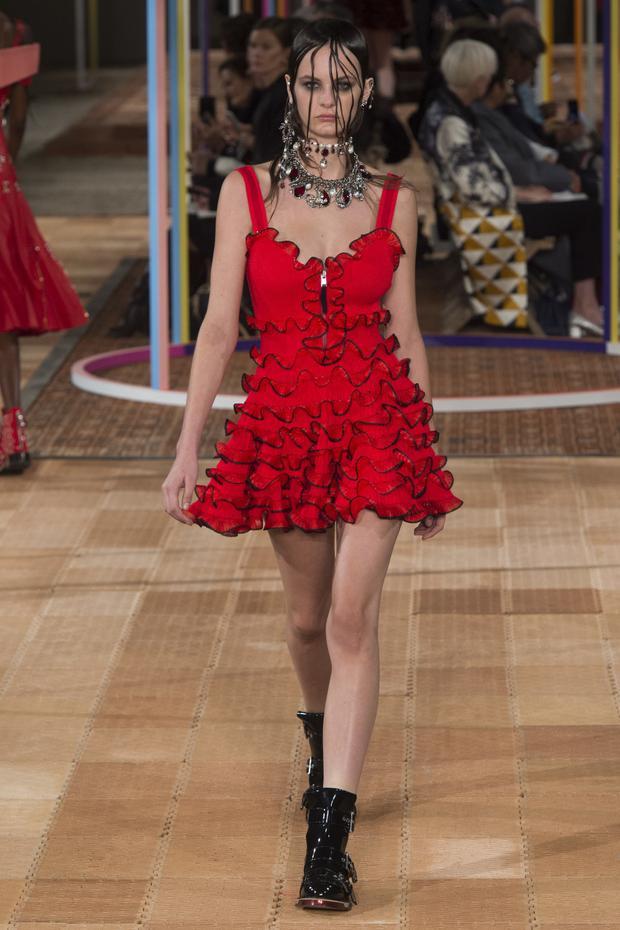 Bông hoa đỏ của nhà thiết kế Sarah Burton.