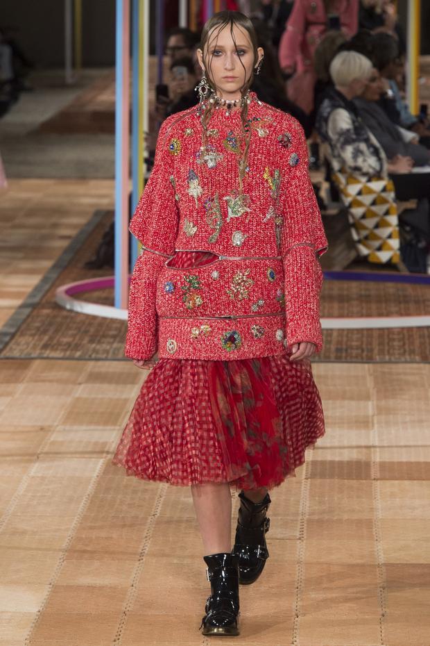 Sắc đỏ ngập tràn trong bộ sưu tập xuân hè của thương hiệu Alexander McQueen.