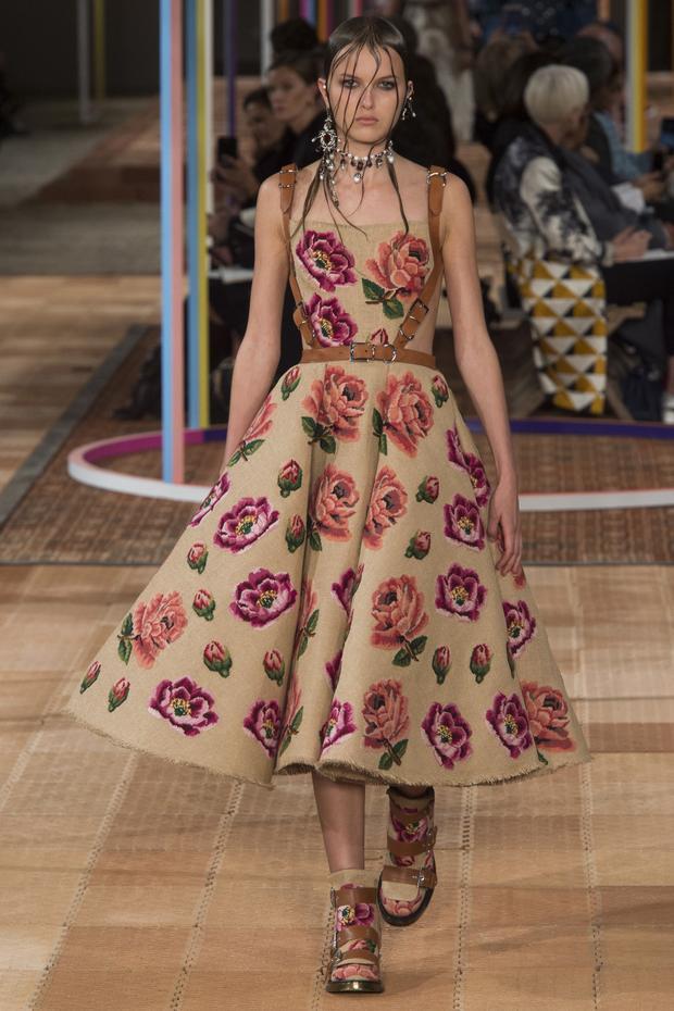 Ngoài những bông hoa được đính kết, hoa còn được in trên vải. Bên cạnh những mẫu váy thì những đôi boots của thương hiệu Alexander McQueen cũng khiến giới mộ điệu gật gù.