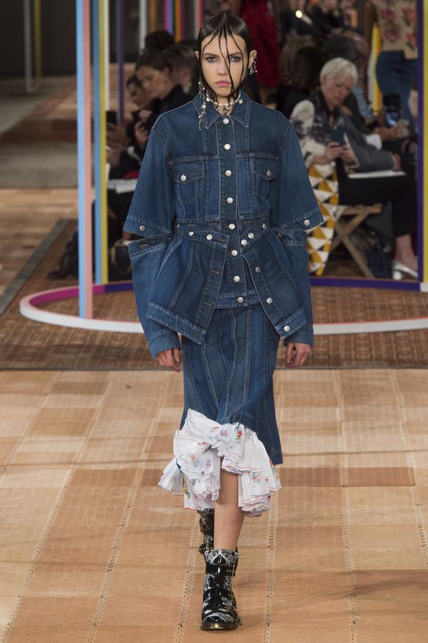 Chất liệu Jean cũng là lựa chọn của thương hiệu Alexander McQueen.