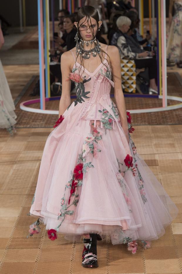 Khu vườn London trong thiết kế của Alexander McQueen. Những bông hoa được đính kết trên chiếc đầm được làm trông như hoa thật, ngập tràn sức sống.