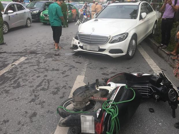 Chiếc xe tiền tỷ bị bẹp đầu sau cú tông liên hoàn.