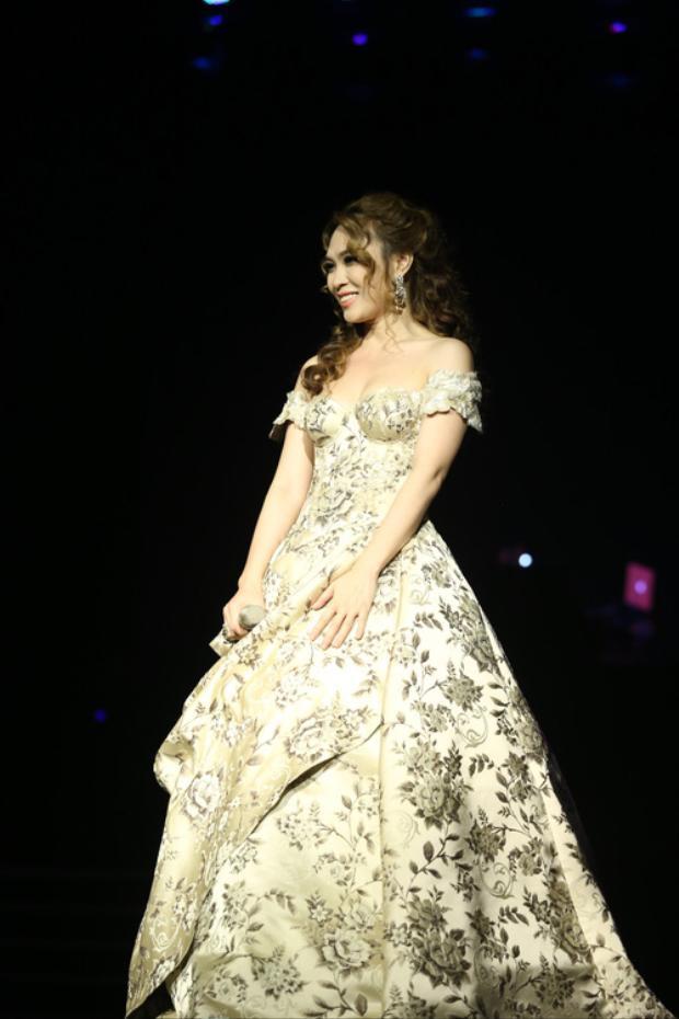 Cô nàng đầu tư loạt trang phục cho từng tiết mục, nổi bật nhất chính là chiếc đầm lộng lẫy như công chúa này.