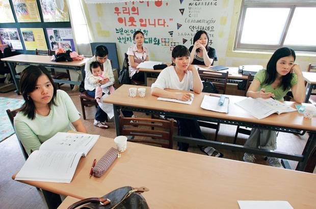 Các cô dâu người Việt trong lớp học giao tiếp tiếng Hàn ở thủ đô Seoul, Hàn Quốc. Ảnh: Reuters