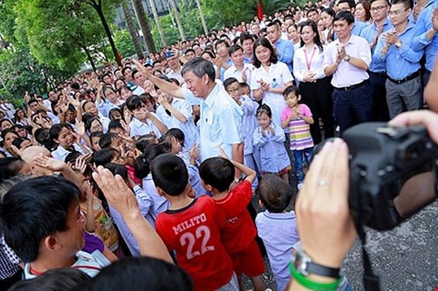 Hình ảnh rất đẹp và ý nghĩa trong ngày chia tay của Giáo sư Nguyễn Anh Trí.