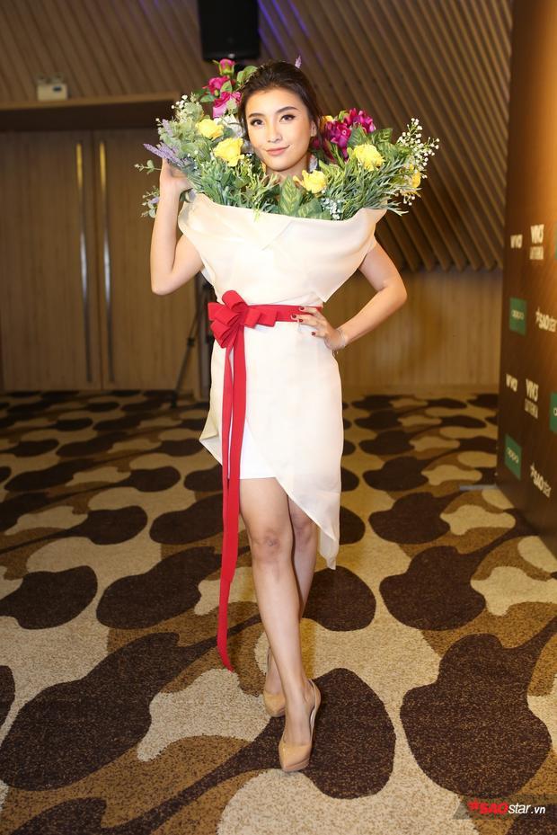 Tiêu Châu Như Quỳnh chiếm trọn spotlight với hình ảnh đoá hoa đa màu sắc.