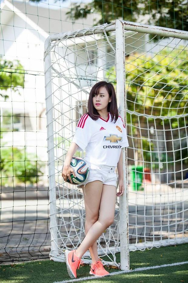 """Huyền Anh tự nhận mình là một fan bóng đá phong trào và đơn thuần thích môn thể thao vua chỉ vì thấy các cầu thủ…đẹp trai. Chính vì vậy, cô nàng có biệt danh """"bà Tưng"""" này thường xuyên xuất hiện trên các sân bóng đá Việt trong nhiều màu áo CLB khác nhau như SLNA, HAGL…Người đẹp 9x cũng có cho mình những bộ ảnh thể thao, nhất là trong màu áo CLB Man United. Tuy nhiên, khác với hình ảnh một """"bà Tưng"""" sexy, nóng bỏng, bộ ảnh của Huyền Anh mang tính thể thao đơn thuần nhiều hơn. Điều này làm không ít fan bóng đá phải hụt hẫng."""