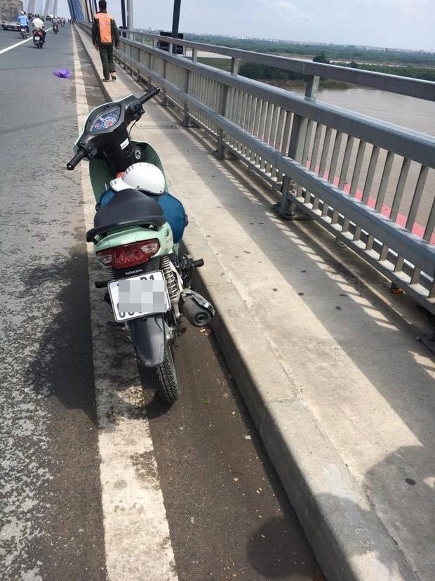Chiếc xe nam thanh niên bỏ lại trên cầu.