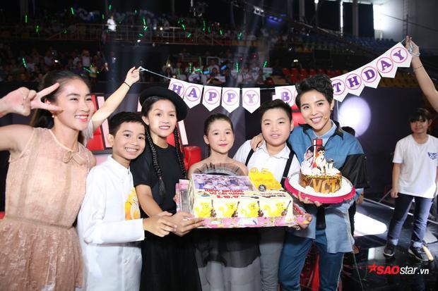 Mừng sinh nhật từ hậu trường ra sân khấu, HLV Vũ Cát Tường đích thị hạnh phúc nhất hôm nay!