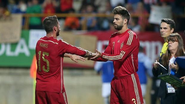 Gerard Pique và Sergio Ramos cùng nhìn về một hướng vì lợi ích của tuyển Tây Ban Nha.