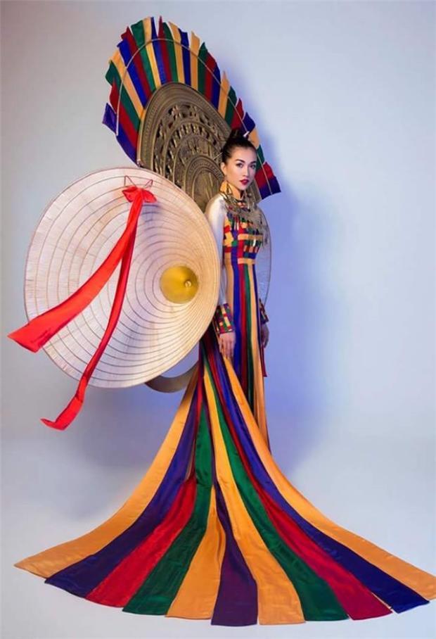 Bộ trang phục Hồn Việtđược BTC nhận xét mang đậm nét văn hoá của người Việt Nam.