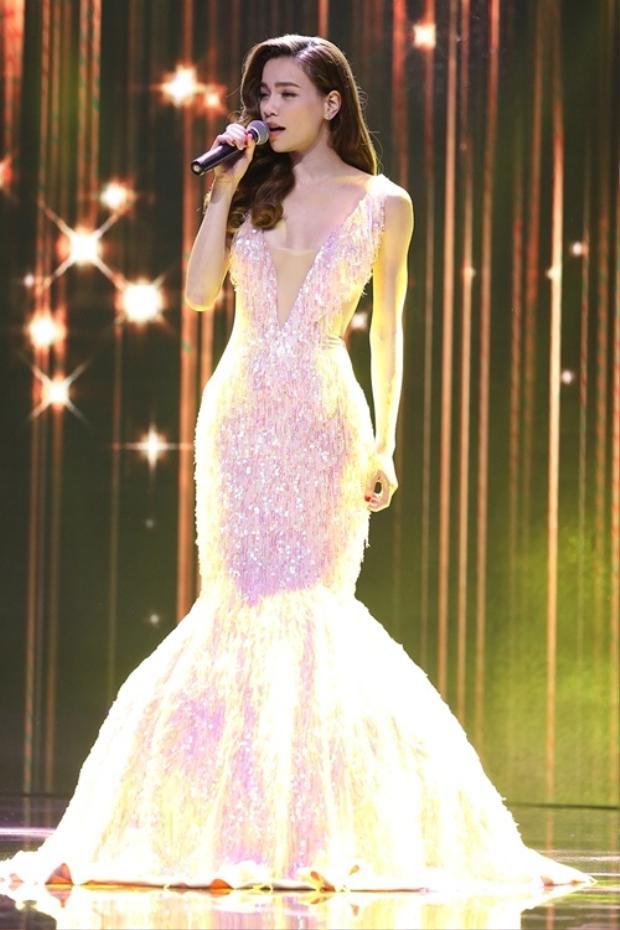 """Trong hầu hết sự kiện, chương trình âm nhạc, Hồ Ngọc Hà đều chọn trang phục của Lý Quí Khánh. Thiết kế trong ảnh được làm công phu với phần đính hạt trên toàn thân váy. Phần cổ áo xẻ sâu gợi cảm, phần đuôi cá được làm phồng. Trang phục giúp """"Nữ hoàng giải trí"""" toả sáng trên sân khấu."""