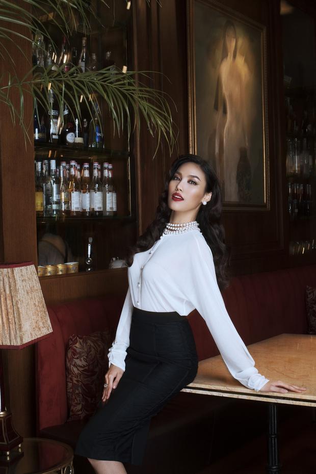 Trốn mẹ chồng, con dâu Lan Khuê khoe dáng chuẩn từng cm với loạt váy bó sát