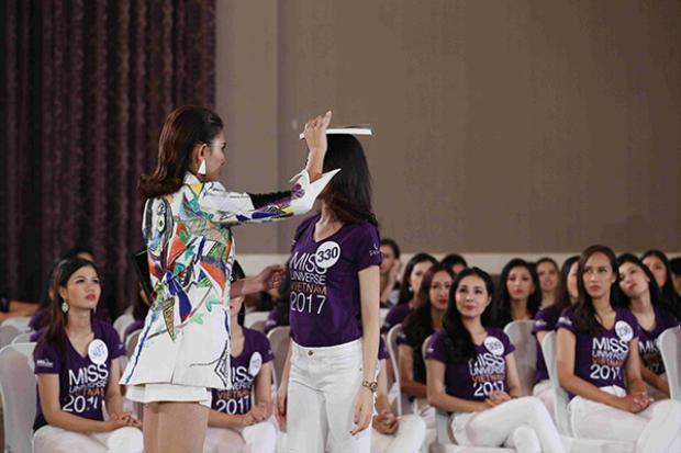 Với kinh nghiệm nhiều năm trong nghề mẫu và từng đại diện Việt Nam tại Miss Universe 2009, Hoàng Yến đã có buổi huấn luyện với các thí sinh.