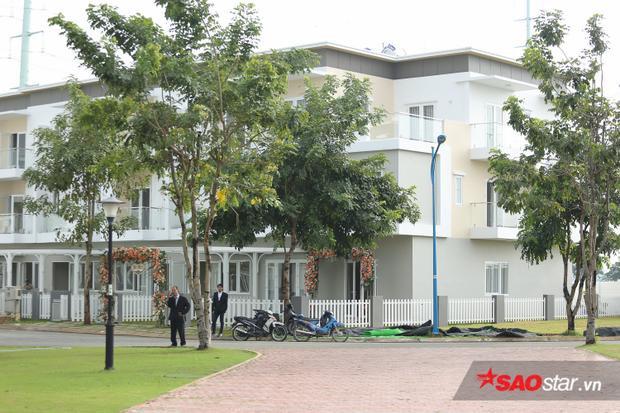 Tứ rất sớm, bảo vệ đã có mặt tại nhà riêng của hoa hậu Đặng Thu Thảo.