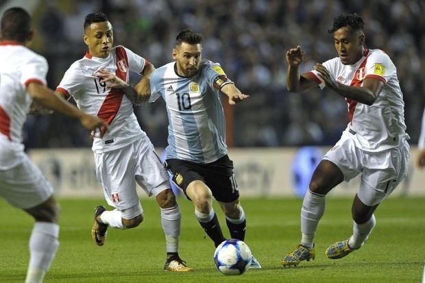 Messi thường được Peru 'chăm sóc' rất kỹ.