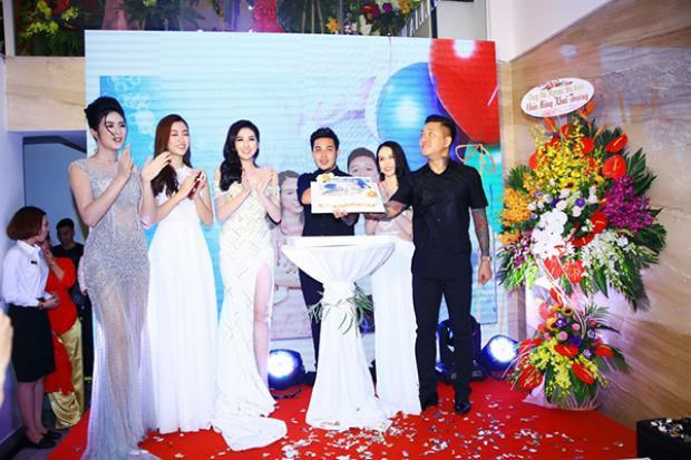 Trong sự kiện, Thu Hương bất ngờ tổ chức sinh nhật cho Tuấn Hưng khiến anh vô cùng xúc động, hạnh phúc.